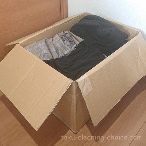 クリーニング東京へ送る衣類をダンボールに詰める
